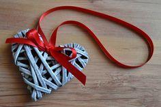 Srdíčkománie Srdíčko je pletené technikou papírového pedigu, toto vyrobeno na přání, různé velikosti, každý kus je originál. Cena se odvíjí podle velikosti srdíčka. rozměry tohoto cca 9,5 x 8 cm