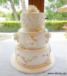 Apple blossoms wedding cake!  Gâteau de mariage aux fleurs de pommier!