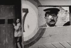 """La visione è una costruzione. Ecco cosa cerca di mostrarci Henry Cartier-Bresson attraverso questa fotografia intitolata """"L'arena di Valencia"""", 1933.  Se vogliamo capirci qualcosa di quello che ci succede intorno diventa fondamentale decostruire la realtà attraverso il nostro sguardo."""