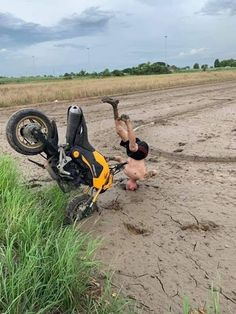Daily Picdump pics) - So Funny Epic Fails Pictures Foto Picture, Futuristic Motorcycle, Epic Fail Pictures, Rv Hacks, Bike Rider, Dirtbikes, Car Crash, Funny Fails, Funny Photos