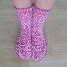 Ravelry: Rosebladsokker pattern by Varangerstrikk Liwes Pink Socks, Socks And Heels, Knitting Socks, Hand Knitting, Knit Or Crochet, Knitting Projects, Leg Warmers, Bunt, Mittens