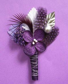 Flowers and feathers boutonniere /  Boutonnières fleurs et plumes