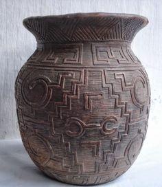 A cerâmica Marajoara é fruto do trabalho dos índios da Ilha de Marajó. Pottery Ideas, Handicraft, Brazil, Vase, Design, Old Art, Clays, Indigenous Art, Ceramic Art