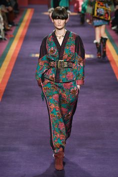 Etro Fall 2017 Ready-to-Wear Fashion Show Collection: See the complete Etro Fall 2017 Ready-to-Wear collection. Look 29 Fashion Week, Fashion 2017, Look Fashion, Couture Fashion, Runway Fashion, Fashion Brands, Fashion Models, High Fashion, Winter Fashion
