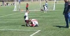 Menino ignora rivalidade e amarra chuteira de adversário em campo