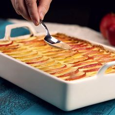 Fragrant apple casserole-Duftender Apfel-Auflauf Autumn brings us many apple recipes. This fruity dessert with apples, semolina and cinnamon sugar warms you up on cool days and tastes good to the whole family. Apple Desserts, Fall Desserts, Apple Recipes, Baking Recipes, Snack Recipes, Dessert Recipes, Healthy Recipes, Snacks, Healthy Food