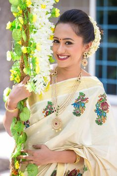 Kerala Saree, Indian Silk Sarees, Traditional Sarees, Traditional Dresses, Set Saree, Kasavu Saree, Saree Painting, Hand Painted Sarees, Party Sarees