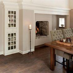 Mooie massief Eiken vloer - mooie details - plinten en kranslijsten - eettafelstoelen
