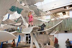 """私たちの多くがイメージするものとは、あまりにかけ離れたジャングルジムを本場(?)アメリカで発見。そのビジュアルは、もはやアートと言っていいほどデザイン性に富んでいます。これなら、子どもを見守る親だって退屈せずに楽しめるはず!もはや""""体験型アート""""【Columbus Commons】「コロンバス コモンズ」の屋内公園。幅広い年齢層の利用を想定して設計されたようで、公式HPには「遊具と子どもが生..."""