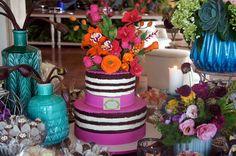 Naked Cake com flores de açucar no topo. Modelo exclusivo criado e assinado por Simone Amaral - www.instagram.com/simoneamaralofficial - www.fb.com/simoneamaralpatisserie - www.simoneamaralsweets.blogspot.com.br