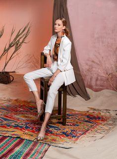Вдохновением для новой летней коллекции от Alena Goretskaya стала Африка. Это яркая цветовая палитра, смешение стилей, анималистические и этнические принты, натуральные материалы, фурнитура и, конечно же, авторские аксессуары, которые дополнили и завершили образы, ярко отражающие стиль коллекции.  #alenagoretskaya #аленагорецкая #лето2020 #летнийобразженский #летнийобраз #тренды2020 #мода2020 #летнийобразнаработу #весна2020 #африка #образналето #платье #аксессуары2020 #аксессуары #топ #брюки