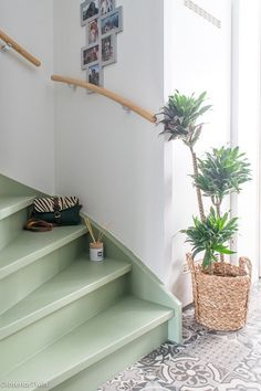 How to paint wooden stairs with chalk paint - BB FRÖSCHWhat color to use on stairs, how to paint wooden steps, how to paint stairs, how to paint stairs in a simple way, how to Painting Wooden Stairs, Painted Stairs, Painted Floors, Entryway Stairs, Wood Stairs, House Stairs, Interior Stairs, Interior Design Living Room, Painted Staircases