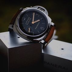 A lovely shot showing off the gold hands on the #Panerai PAM422 by @slrdude #PaneraiCentral