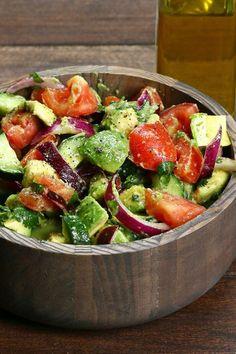 ensalada-de-verano-con-tomates-aguacate-cebolla-y-limon