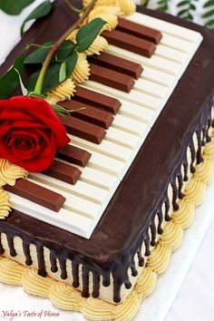 This Chocolate Meringue Cake Recipe (Piano Version) is absolutely incredible!- This Chocolate Meringue Cake Recipe (Piano Version) is absolutely incredible! Cr… This Chocolate Meringue Cake Recipe (Piano Version) is… - Chocolate Meringue Cake Recipe, Chocolate Sponge Cake, Chocolate Ganache Cake, Chocolate Buttercream, Chocolate Treats, Buttercream Cake, Piano Cakes, Music Cakes, Music Themed Cakes