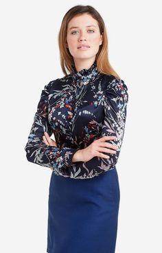 Granatowa koszula damska MacariamarkiLambert z wielobarwnym motywem kwiatowym. Wykonana z mieszanki wiskozy i szlachetnego jedwabiu, miękko układa się na…