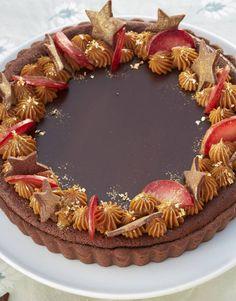 Den her chokoladetærte er hoppet i festklæder med karameltoppe, guldstøv og stjerner af mørdej - og så smager den magisk. Den ultimative nytårsdessert!