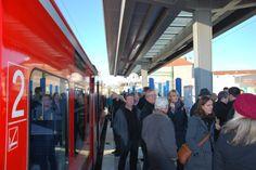 Der Bahnsteig in Heinsberg ist mit einem großzügigen Dach ausgestattet, damit die Fahrgäste stets trockenen Fußes in die Bahn steigen können.