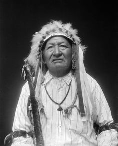 Portrait (Front) of Ishere-Nishes or Ishiheo-Nishes (Two Moons), Cheyenne, in Partial Native Dress with Headdress and Ornaments - Gill - MAR 1913 Native American Photos, Native American Tribes, Native American History, Native Americans, American Art, Native Indian, Native Art, Battle Of Little Bighorn, Cheyenne Indians