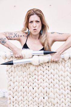 Tricoteira, crocheteira e artista. Anne Galante transforma qualquer ideia em moda, decoração, arte ao utilizar técnicas como o crochê e tricô.