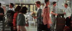 chico parado en un aeropuerto esperando a una chica