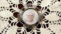 Detalle de la miniatura que pintamos para Silvia en broche-colgante de plata, con cristal bombé de alta calidad. Una joya de arte única e irrepetible. Drawing, Painting, Pendants, Silver, Crystals, Miniatures, Portraits, Jewels, Artists