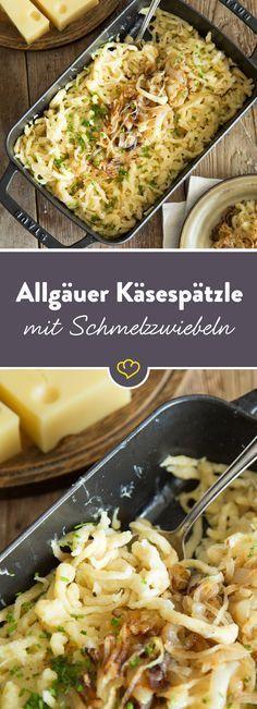 Frisch geschabte Spätzle verschmelzen in der Pfanne mit würzigem Emmentaler und Schmelzzwiebeln zu einem deftigen Nudeltraum mit langen Käsefäden.