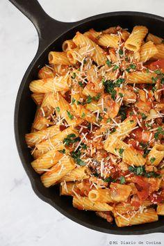 Deliciosa Pasta con pavo y champiñones, muy fácil de preparar para cualquier día de la semana. Son de esos platos confortables para su familia. Japchae, Paella, Ethnic Recipes, Food, Salads, Turkey Pasta, Tomato Paste, Stir Fry, Cooking Recipes