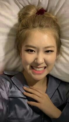 What a cutie😊�� Yg Entertainment, Forever Young, Lisa Park, Rose And Rosie, Rose Icon, Black Pink Kpop, Blackpink Memes, Blackpink Photos, Blackpink Fashion