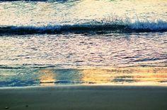 Non serve allenamento per camminare con lentezza sulla spiaggia deserta; ed è come restare sospesi in questo silenzio dell'anima, interrotto solo dal ritmo irregolare delle onde, che si rompono distratte appena prima di arrivare…