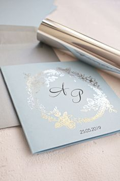 posrebrzane zaproszenia ślubne błękitno srebrne z kwiecistym wieńcem Wedding Invitations, Container, Couples Wedding Shower Invitations, Wedding Invitation Cards, Wedding Announcements, Bridal Invitations