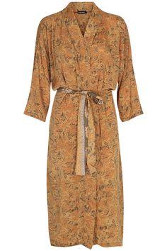 Unik kimono, der er lavet af vintage sarier fra Indien, så der er kun en af hver! Brug den enten som kjole, over bikinien på stranden eller til et par læderbukser for et mere råt look. Farve: Yellow Vintageprodukt Oversize pasform