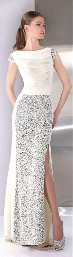 ロングドレスにバックリスリット、だけどすごく上品なドレス|女性ファッション スナップ集-emimaky fashion collection-
