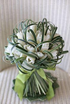 Tulip bouquet with leaf loops Creative Flower Arrangements, Beautiful Flower Arrangements, Floral Arrangements, Beautiful Flowers, Deco Floral, Arte Floral, Ikebana, Floral Bouquets, Wedding Bouquets