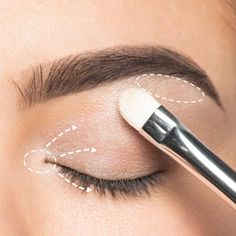 You can find out step by step in our make-up tip how to apply eye shadow properly. You can find out step by step in our make-up tip how to apply eye shadow properly. Makeup Brands, Makeup Tips, Beauty Makeup, Beauty Care, We Make Up, Cool Things To Make, Makeup To Buy, Manicure E Pedicure, Skin Treatments