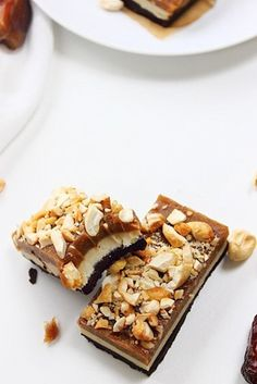 raw snickers layer bars (these look so yummy! Desserts Crus, Raw Vegan Desserts, Paleo Dessert, Healthy Sweets, Gluten Free Desserts, Raw Food Recipes, Delicious Desserts, Dessert Recipes, Cooking Recipes