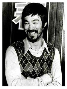 Bruce Lee and the diamond sweater. Do not attempt the diamond sweater unless level of cool = Bruce Lee Rare Historical Photos, Rare Photos, Rare Images, Rare Pictures, Kung Fu, Bruce Lee Fotos, Famous People In History, Jae Lee, Enter The Dragon