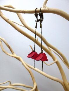 Boucles d'oreilles pendantes fleur en cuir rouge                                                                                                                                                                                 Plus