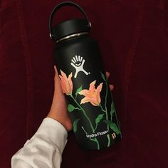 Aesthetic Painting on hydroflask water bottle with acrylic colors. Idea for VSCO flowers Water Bottle Art, Cute Water Bottles, Water Bottle Design, Drink Bottles, Hydro Painting, Bottle Painting, Custom Hydro Flask, Hydro Flask Water Bottle, Food Storage Boxes