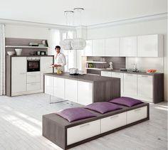 Pentru o bucatarie luminoasa, alegeti mobilier in tonuri de alb in contrast cu wenge. #bucarie #kikaromania #decoratiuni #design #wenge #alb #lila #amenajariinterioare #blat #lustra #farfurie