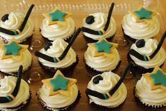 I want these for my birthday. Hockey Cupcakes, Star Cupcakes, Fancy Cakes, Cute Cakes, Hockey Party, Frosting Techniques, Food Themes, 8th Birthday, Birthday Ideas