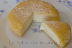 I have tried the experience of making homemade cheese. It& true . Raw Cheese, Fromage Vegan, Cheese Maker, Homemade Cheese, Cheese Platters, Charcuterie, Cooking Tips, Entrees, Bacon