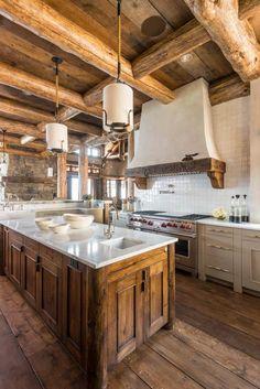 cuisine rustique moderne aménagée avec un plafond en bois, un îlot en bois et marbre et une crédence en carreaux blancs