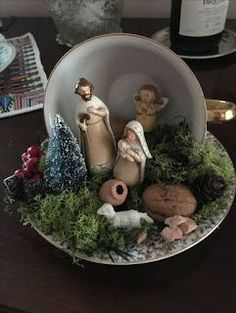 Tutorial make beautiful Christmas arrangements with cups - Oscar Wallin Christmas Cup, Christmas Nativity Scene, Christmas Dishes, Christmas Scenes, Retro Christmas, Nativity Crafts, Christmas Projects, Holiday Crafts, Christmas Arrangements