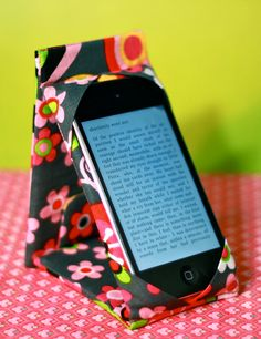 iPod Touch / iPhone Case Stand PATTERN ... this is so cool.