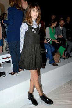 Alexa Chung também aposta no contraste do vestido delicado e feminino com a bota Chelsea.