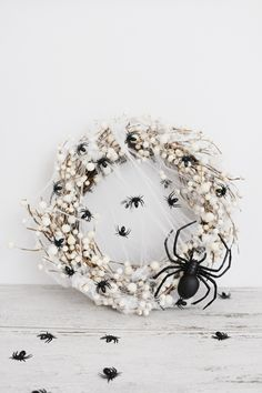 This easy diy spider wreath for Halloween can be made in less than 5 minutes and with only three supplies. Come check out this awesome Halloween DIY. Spooky Halloween, Halloween Rose, Yeux Halloween, Halloween Veranda, Halloween Spider Decorations, Halloween Mesh Wreaths, Halloween Porch, Halloween Home Decor, Holidays Halloween
