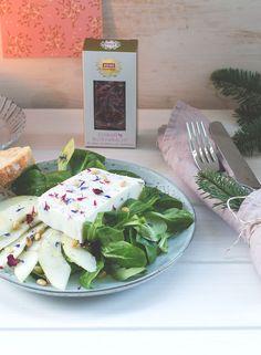 Feldsalat mit Birne, Pinienkernen und Ziegenfrischkäse-Blüten-Terrine   REWE Feine Welt Adventsbotschafter   Vorspeise von moeyskitchen.com