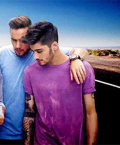 Zayn+purple shirt+eyeliner=my religion One Direction Pictures, I Love One Direction, Zayn Malik Girlfriend, Zayn Malik Birthday, Music Theme Birthday, 22nd Birthday, Pink Hits, Zany Malik, Zayn Malik Photos