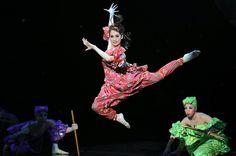 かすみ草のように控えめに寄り添って、男役の魅力を引き立てる。そんな娘役のイメージを良い意味で裏切っているのが月組トップ娘役の愛希(まなき)れいか。14日に千秋楽を迎えた月組大劇場公演「舞音(マノン)」「ゴールデン・ジャズ」(東京宝塚劇場は来年1月3日〜2月14日)では、従来の娘役の域にとどまらない魅力あふれる舞台で観客を引きつけた。